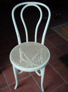 Silla Thonet con asiento de rejilla tejido artesanalmente