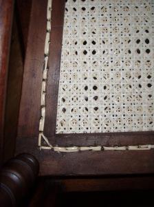 Reverso de un asiento tejido manualmente con rejilla