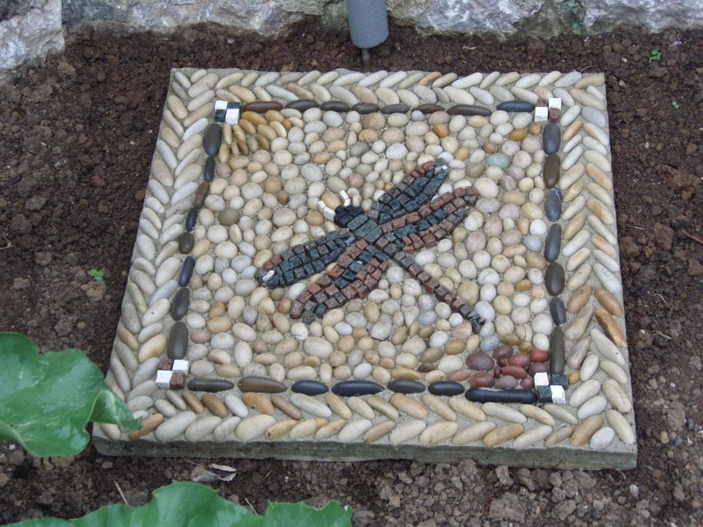 Mosaico de piedras en el jardin 1 artesania la pasera for Piedras para jardin